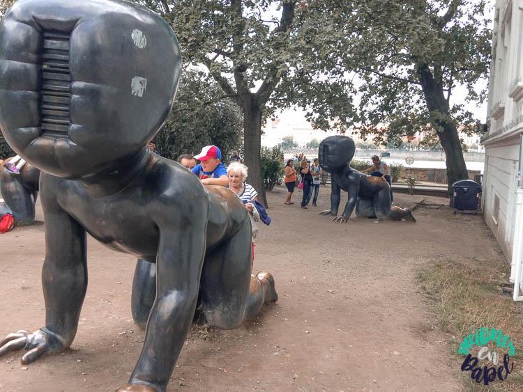 Bebés de David Cerney en Isla Kampa, Praga