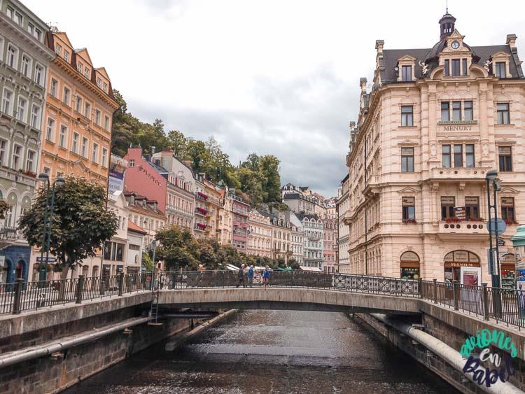 Arquitectura y río Tepla en Karlovy Vary, República Checa