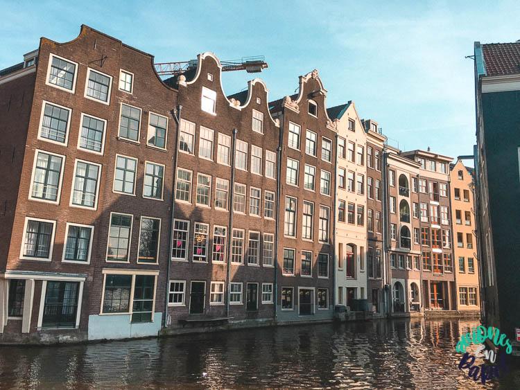 Casa flotantes sobre el canal de Ámsterdam