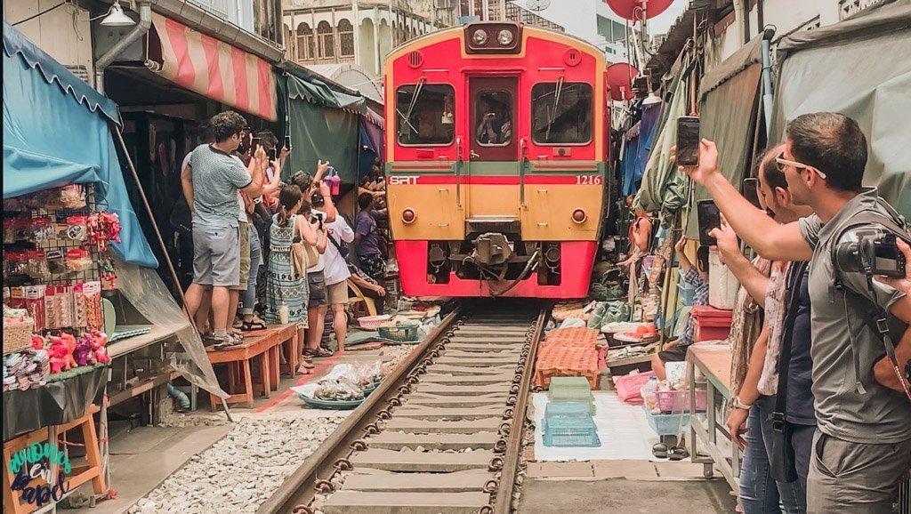 Tren de Mae Klong pasando. Qué ver en Bangkok en 3 días