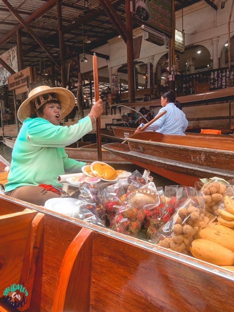 Mujer en el Mercado flotante de Damnoen Saduak. Qué ver en Bangkok en 3 días