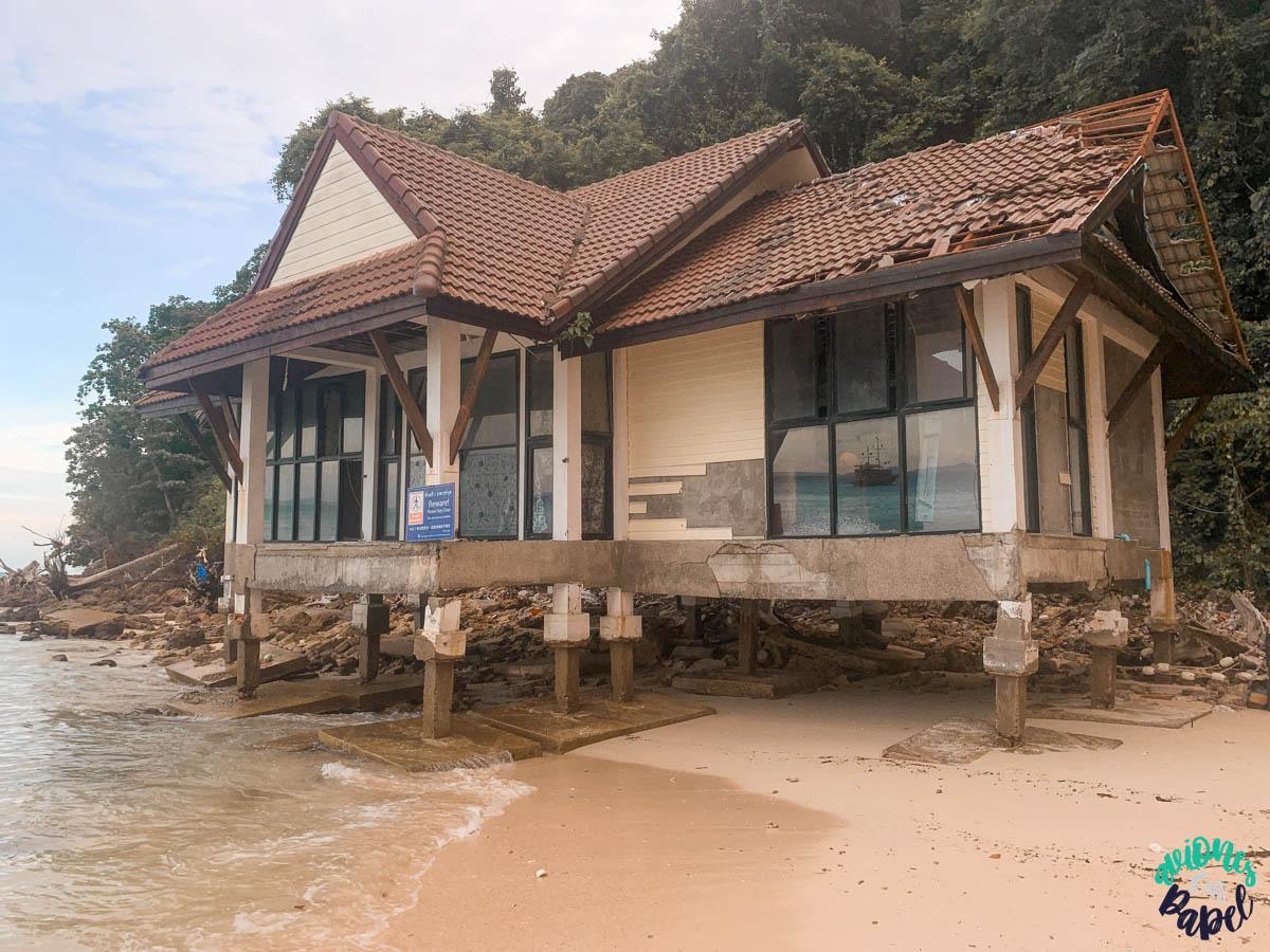Casa devastada por el Tsunami de Tailandia en 2004 en Bamboo Island