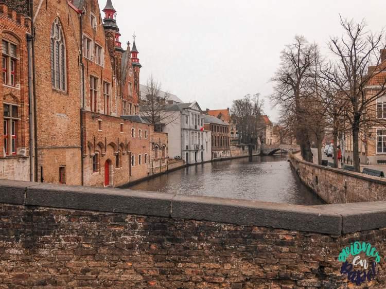 Vistas al canal desde uno de los puentes de Brujas, Bélgica