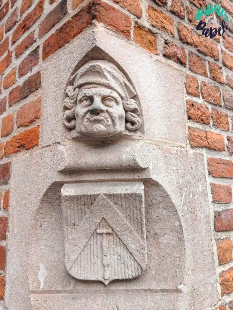 Escultura hombre de la nariz en el antiguo Mercado del Pescado). Brujas