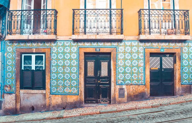 Calle y detalles en el Barrio de Alfama, Lisboa