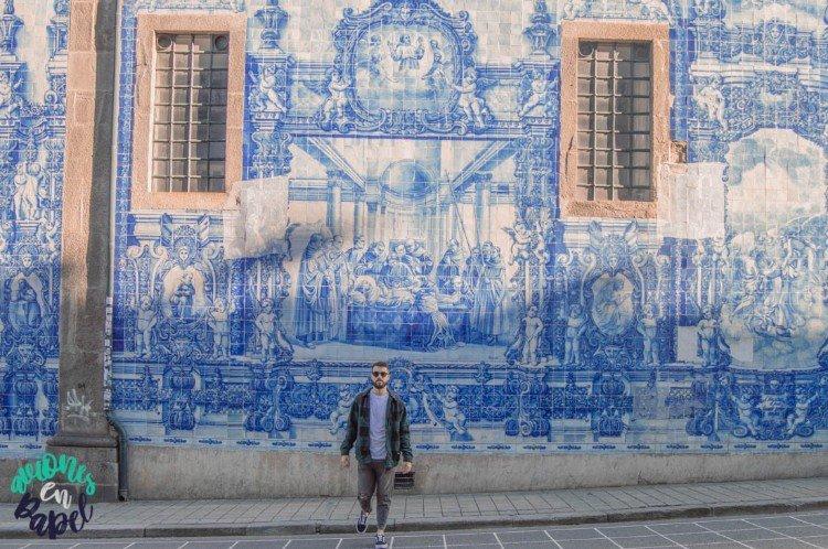 Azulejos en la fachada lateral de la Capilla de las Almas, Oporto