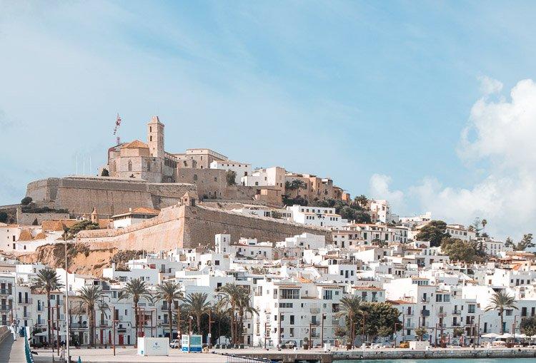 Vistas panorámicas de Ibiza desde el puerto