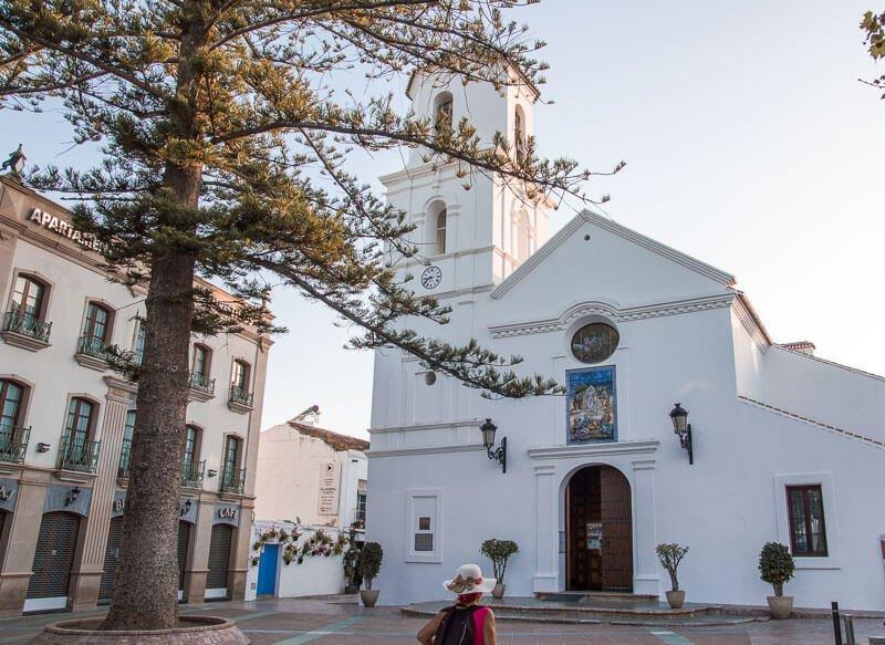 Iglesia de El Salvador y el árbol Cerote